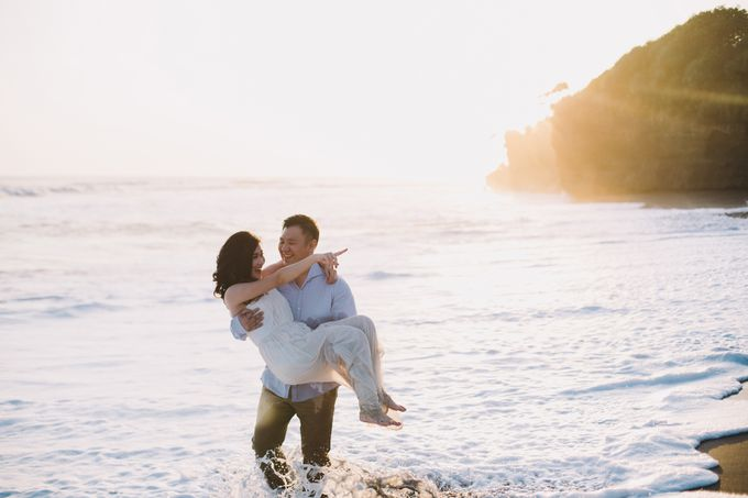 Graceful Beach and Mountain Prewedding in Bali by Fiume dress rental & collection - 021