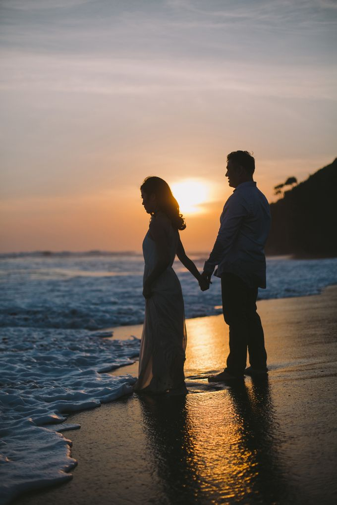 Graceful Beach and Mountain Prewedding in Bali by Fiume dress rental & collection - 026