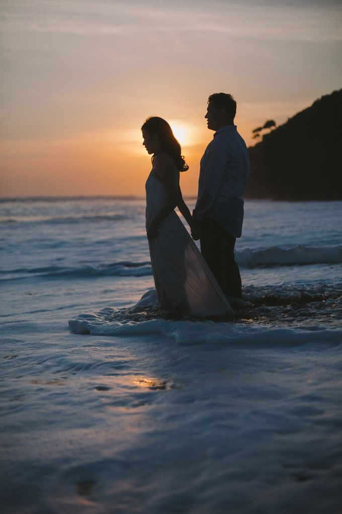 Graceful Beach and Mountain Prewedding in Bali by Fiume dress rental & collection - 027