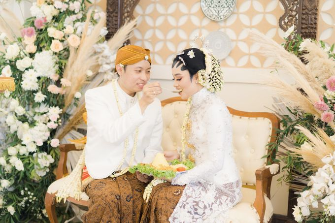 A Solemn Outdoor Wedding Ceremony that Rich in Traditional and Cultural Heritage by Kalyaharsa - 015