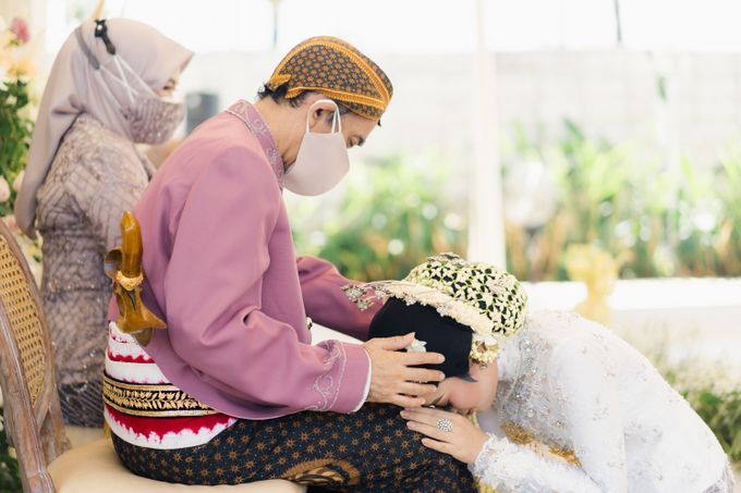 A Solemn Outdoor Wedding Ceremony that Rich in Traditional and Cultural Heritage by Kalyaharsa - 014