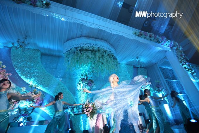 Beautiful Wedding at Mercure Hotel Surabaya by Five Stars Wedding Organizer by GOTAN Dance Project - 013
