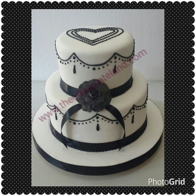 Black and white wedding cake by The Chocolate Land - 001
