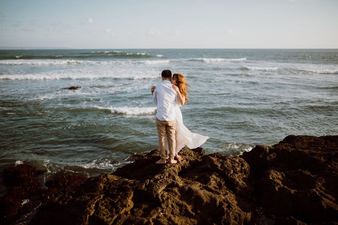 Chic Beach Villa & Golden Hour Engagement Shoot by fire, wood & earth - 019