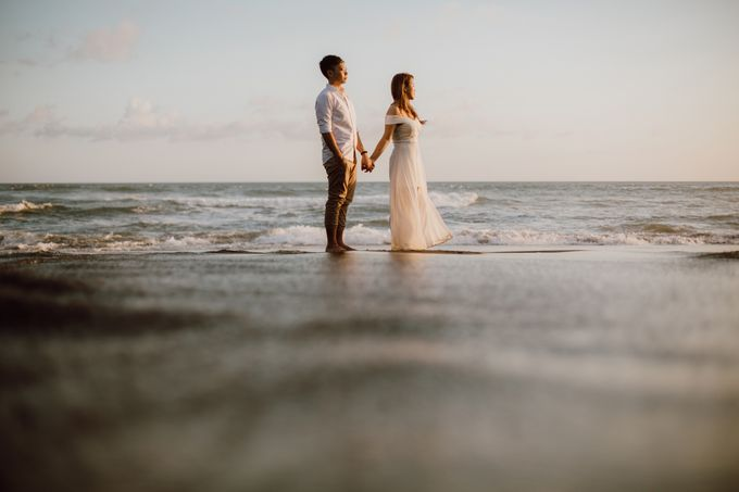 Chic Beach Villa & Golden Hour Engagement Shoot by fire, wood & earth - 025