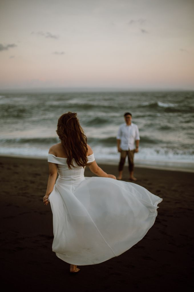 Chic Beach Villa & Golden Hour Engagement Shoot by fire, wood & earth - 034