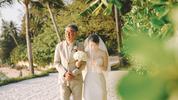 Beach wedding photo at Conrad Koh Samui by Lovedezign Photography - 024