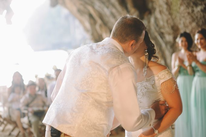 Wedding in the cave and junk  cruise honeymoon trip by Lovedezign Photography - 024