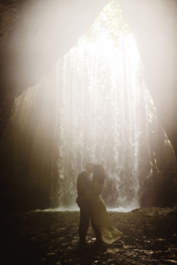 Affectionate Couple Portraits of Marianna & Daniel in Bali by fire, wood & earth - 004