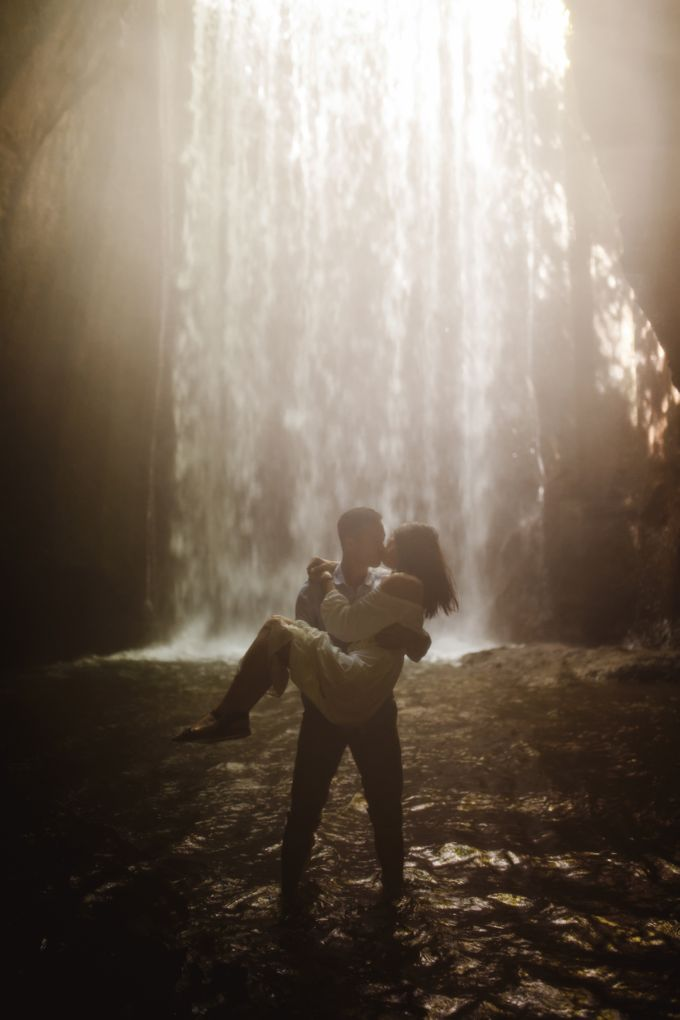 Affectionate Couple Portraits of Marianna & Daniel in Bali by fire, wood & earth - 005