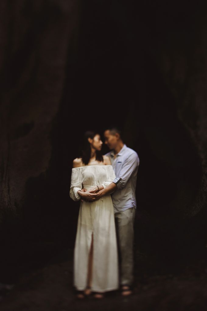 Affectionate Couple Portraits of Marianna & Daniel in Bali by fire, wood & earth - 008