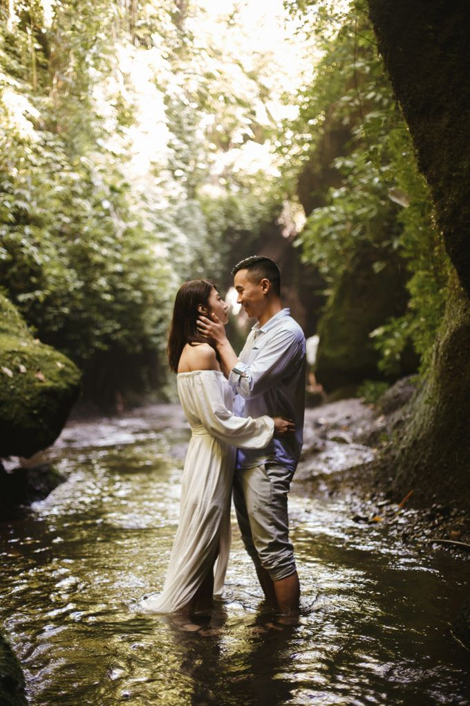 Affectionate Couple Portraits of Marianna & Daniel in Bali by fire, wood & earth - 010