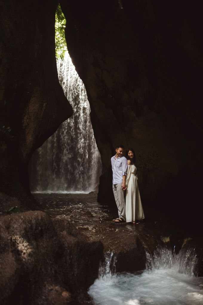 Affectionate Couple Portraits of Marianna & Daniel in Bali by fire, wood & earth - 002