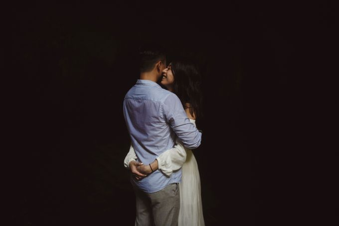 Affectionate Couple Portraits of Marianna & Daniel in Bali by fire, wood & earth - 007