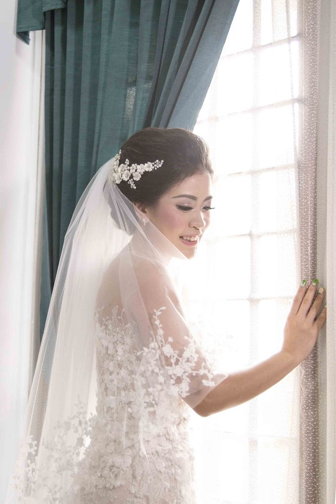 Bride with our Headpiece by VERONIKA VIDYANITA - 002
