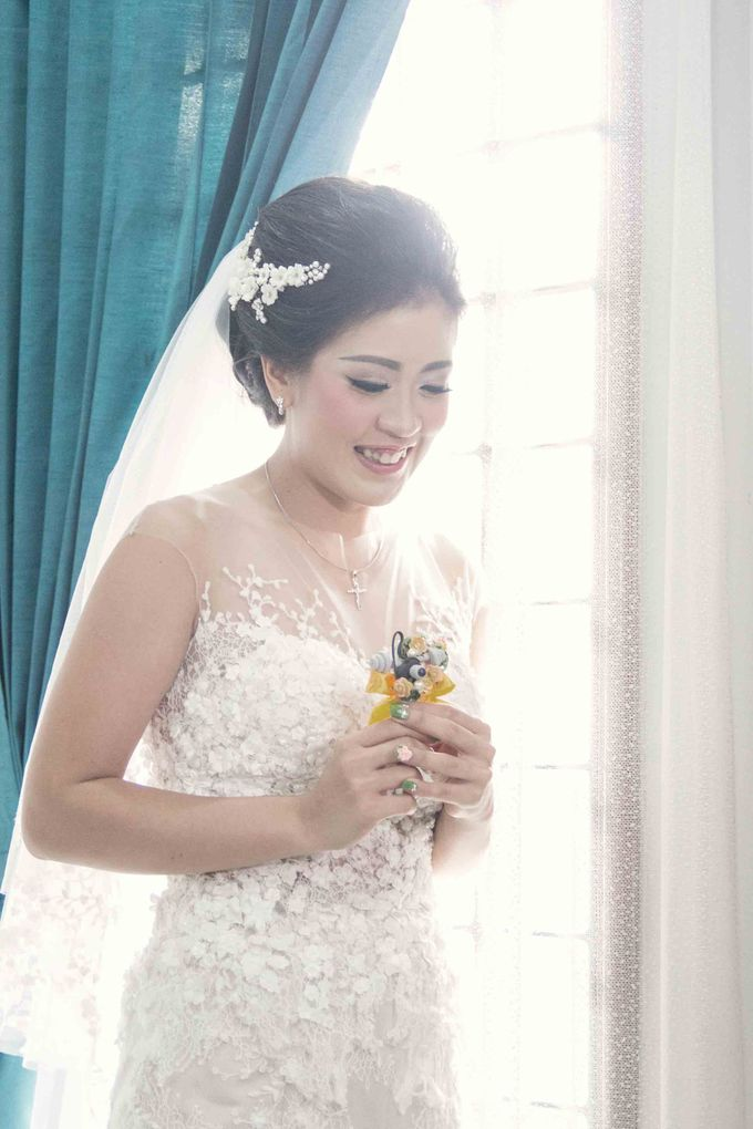 Bride with our Headpiece by VERONIKA VIDYANITA - 001