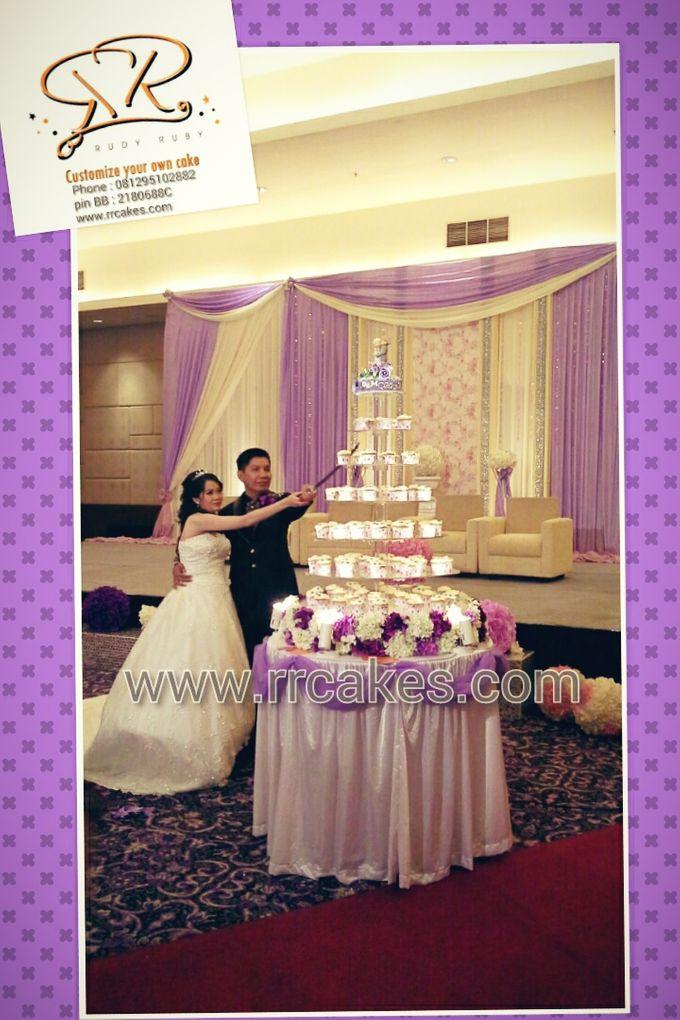 Cupcake tower wedding cake by RR CAKES | Bridestory.com
