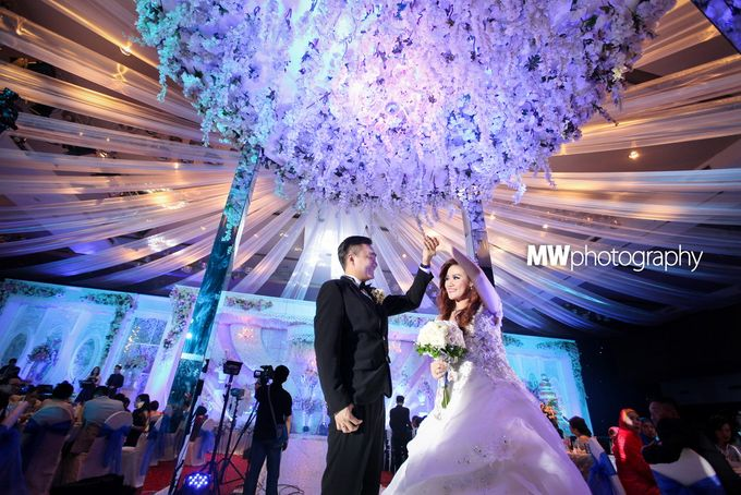 Beautiful Wedding at Mercure Hotel Surabaya by Five Stars Wedding Organizer by GOTAN Dance Project - 015
