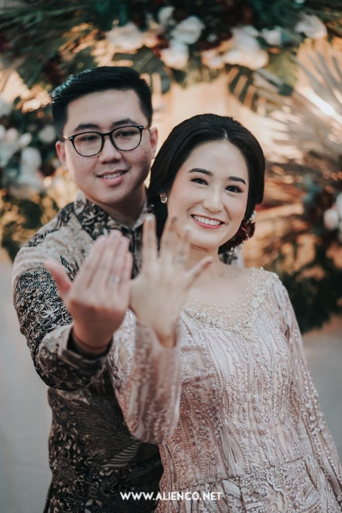 The Engagement of Andari & Fatahillah by alienco photography - 029