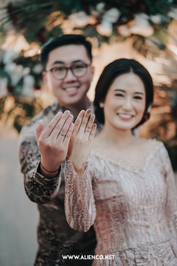 The Engagement of Andari & Fatahillah by alienco photography - 030