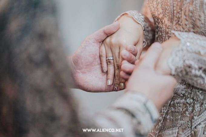 The Engagement of Andari & Fatahillah by alienco photography - 033