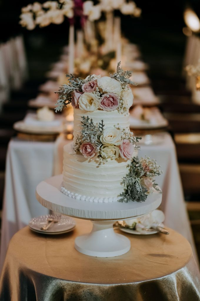 The Wedding Cake Of Nicko & Tsvety by LUMIERE PHOTOGRAPHY - 005