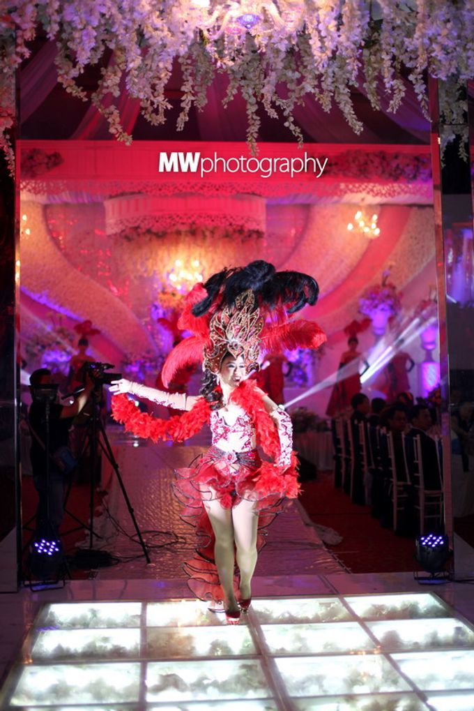 Beautiful Wedding at Mercure Hotel Surabaya by Five Stars Wedding Organizer by GOTAN Dance Project - 016