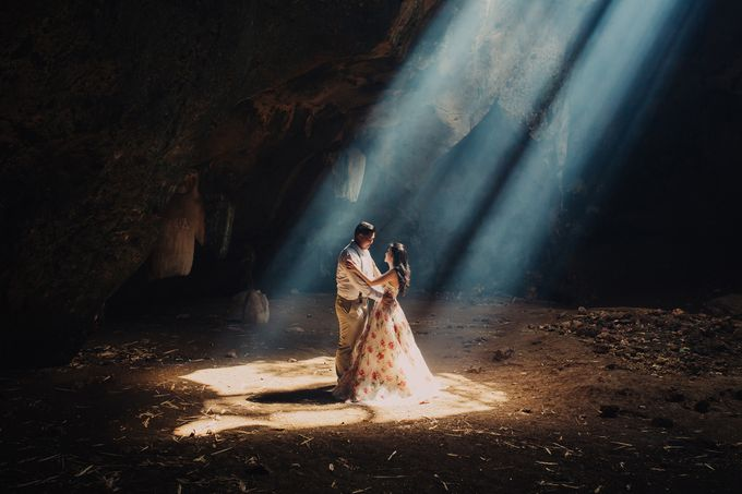Destination Prewedding Lombok with Diverse Magnificent Landscapes by fire, wood & earth - 013