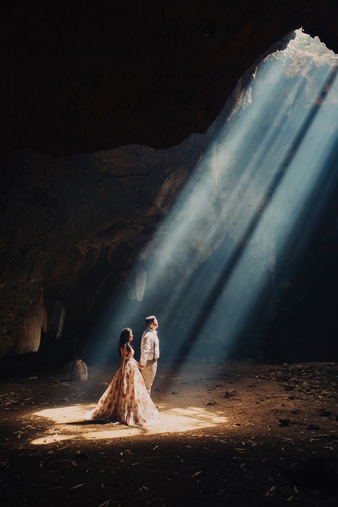 Destination Prewedding Lombok with Diverse Magnificent Landscapes by fire, wood & earth - 014