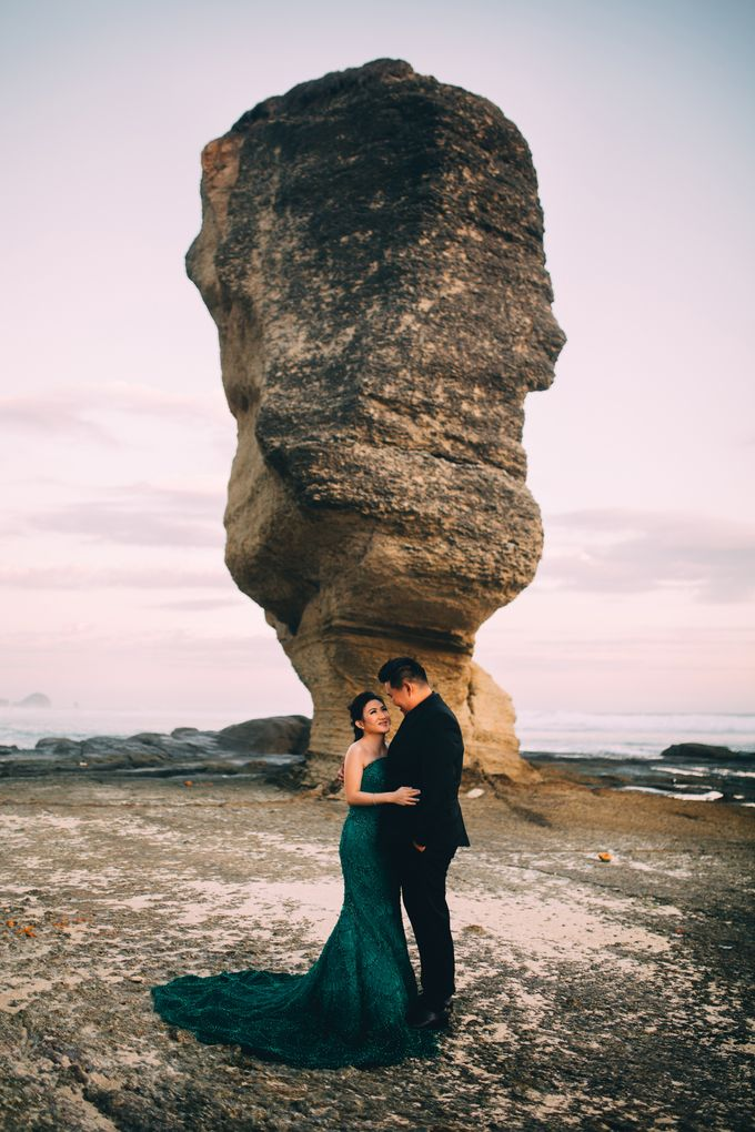 Destination Prewedding Lombok with Diverse Magnificent Landscapes by fire, wood & earth - 024