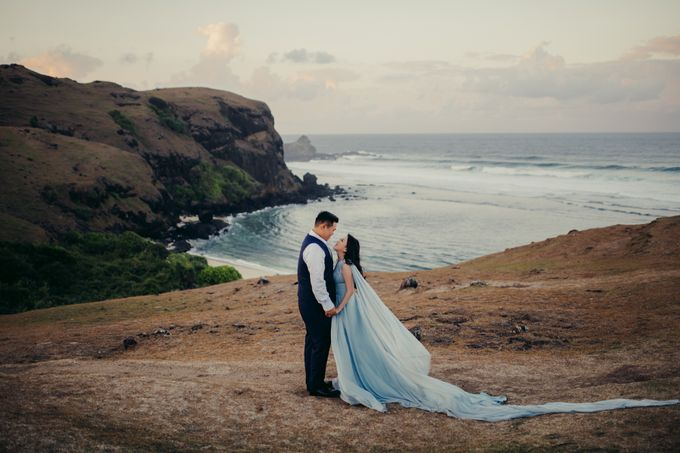Destination Prewedding Lombok with Diverse Magnificent Landscapes by fire, wood & earth - 003