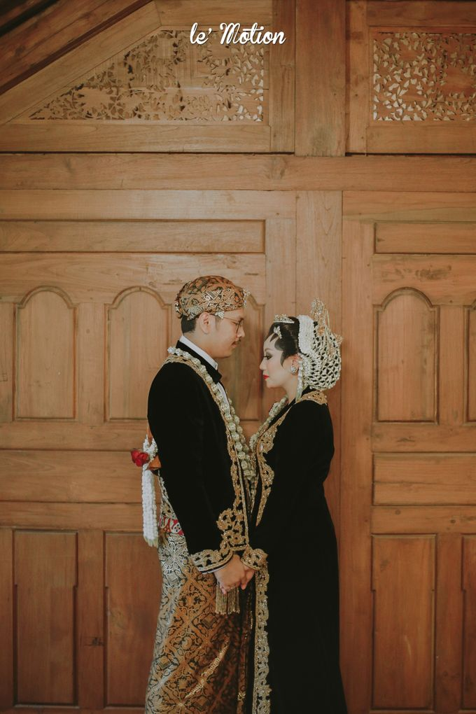 Yayas & Anosa -  Traditional Javanese Night Markets Wedding by Le Motion - 016