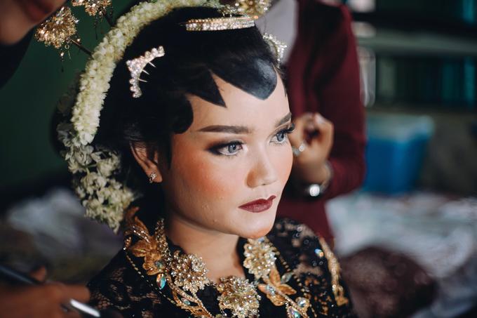 Widya + Angga - Javanese Fine-Art Wedding Session by Photolagi.id - 009