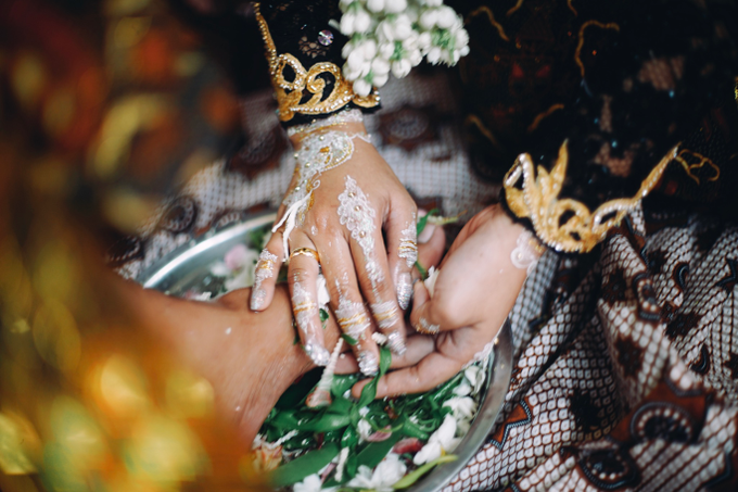 Widya + Angga - Javanese Fine-Art Wedding Session by Photolagi.id - 020