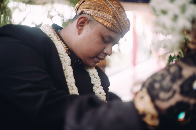 Widya + Angga - Javanese Fine-Art Wedding Session by Photolagi.id - 019
