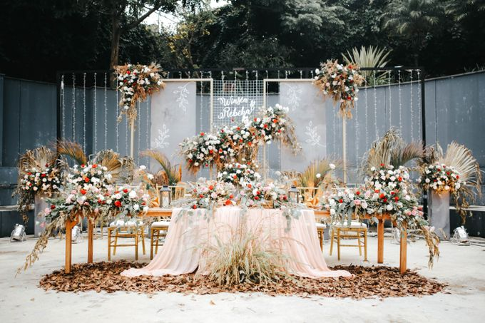 Minimalism and Dried Leaves Combined with Peachy Details - The Wedding of Winsen & Rebeka by Elior Design - 013