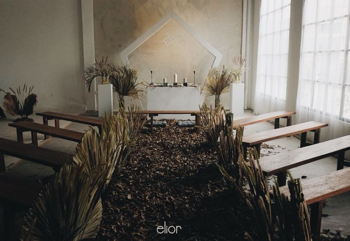 The Intimate Wedding between Two Haters of Fresh Flowers by Elior Design - 001