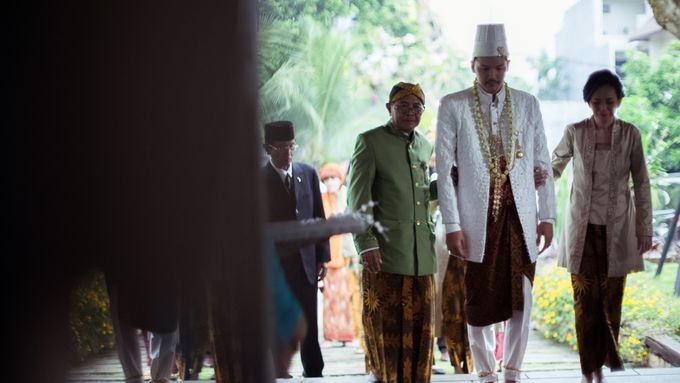 Satrio & Putri Wedding by SVARNA by IKAT Indonesia Didiet Maulana - 010