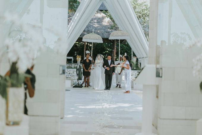 Lily & Jonathan at Tirtha Uluwatu by ENST Couture - 011