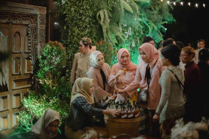 Perpaduan Adat Sunda dan Jawa dalam Pernikahan Intimate Dua Dokter by theSerenade Organizer - 015