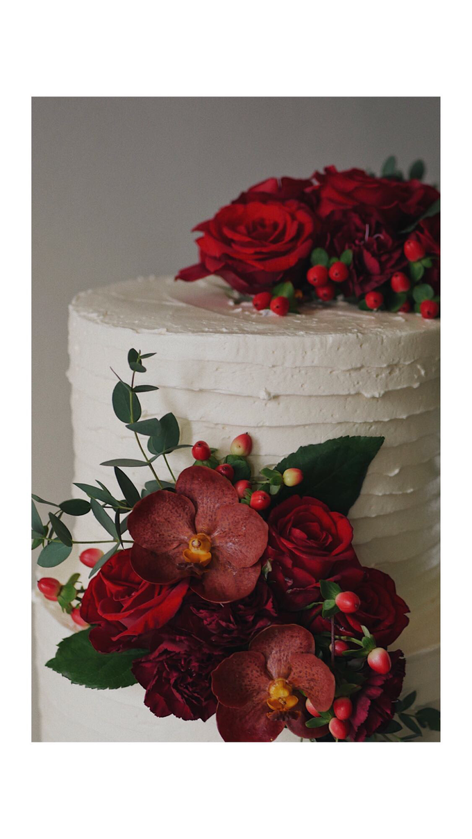 Rustic buttercream cake with fresh flowers by Twenty Two Cakes - 002