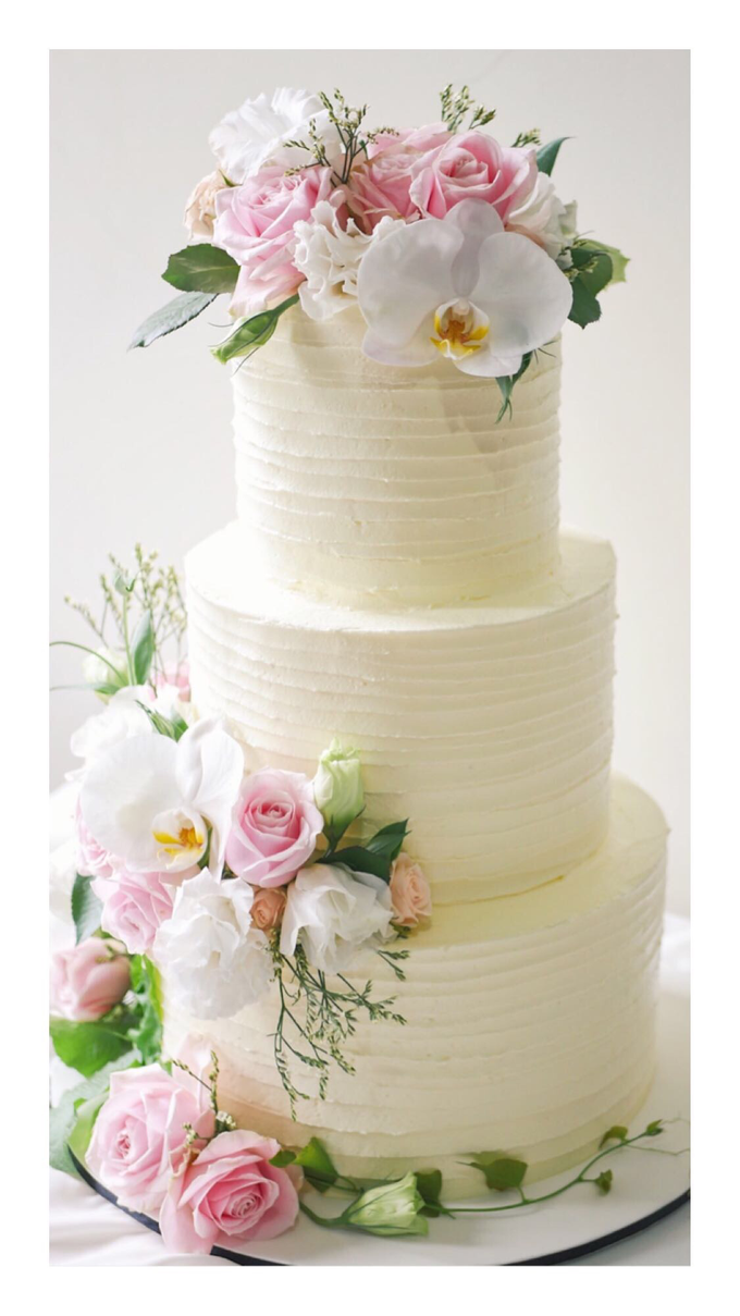Rustic buttercream cake with fresh flowers by Twenty Two Cakes - 004