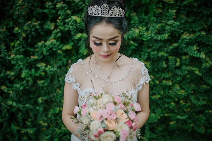 Unexpected Rainy Romantic Wedding In Bali by Mariyasa - 014