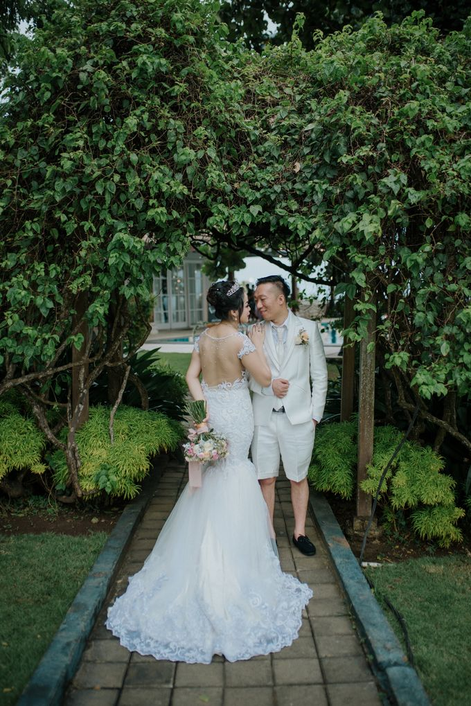 Unexpected Rainy Romantic Wedding In Bali by Mariyasa - 015