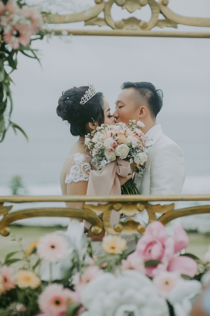 Unexpected Rainy Romantic Wedding In Bali by Mariyasa - 003