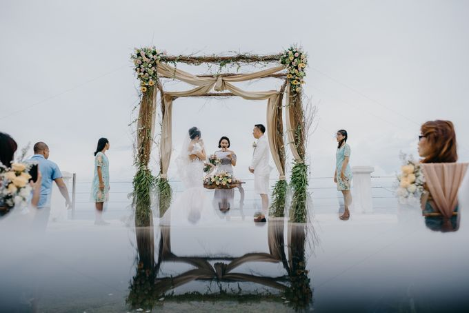 Unexpected Rainy Romantic Wedding In Bali by Mariyasa - 012
