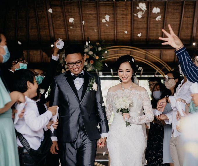 Momen Perayaan Sakral Penyatuan Cinta Di Tengah Musim Yang Baru a la Randy dan Debbi by Lentera Wedding - 019