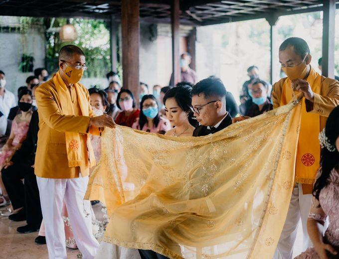 Momen Perayaan Sakral Penyatuan Cinta Di Tengah Musim Yang Baru a la Randy dan Debbi by Lentera Wedding - 014