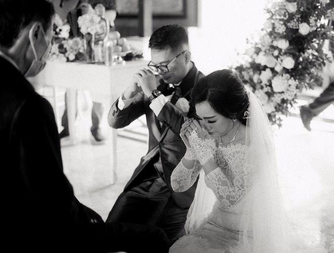 Momen Perayaan Sakral Penyatuan Cinta Di Tengah Musim Yang Baru a la Randy dan Debbi by Lentera Wedding - 016