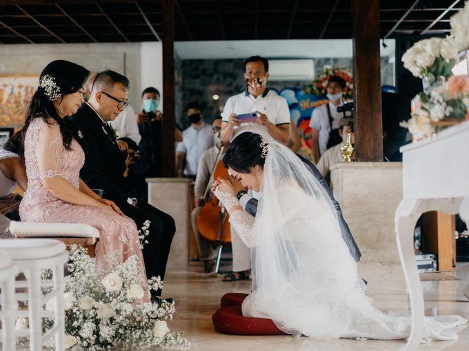 Momen Perayaan Sakral Penyatuan Cinta Di Tengah Musim Yang Baru a la Randy dan Debbi by Lentera Wedding - 017